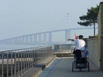 La Vélodyssée Eurovélo 1 et le pont de Saint-Nazaire à Saint-Brévin-les-Pins