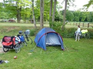 Les vélos et la tente au camping de Sainte-Marie-sur-Ouche